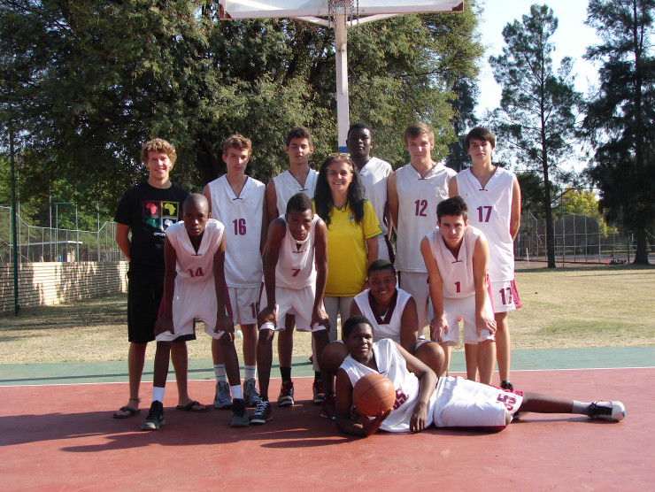 Jannis Kressner assists in school sports. Here he is on the left with the basketball team. 2013